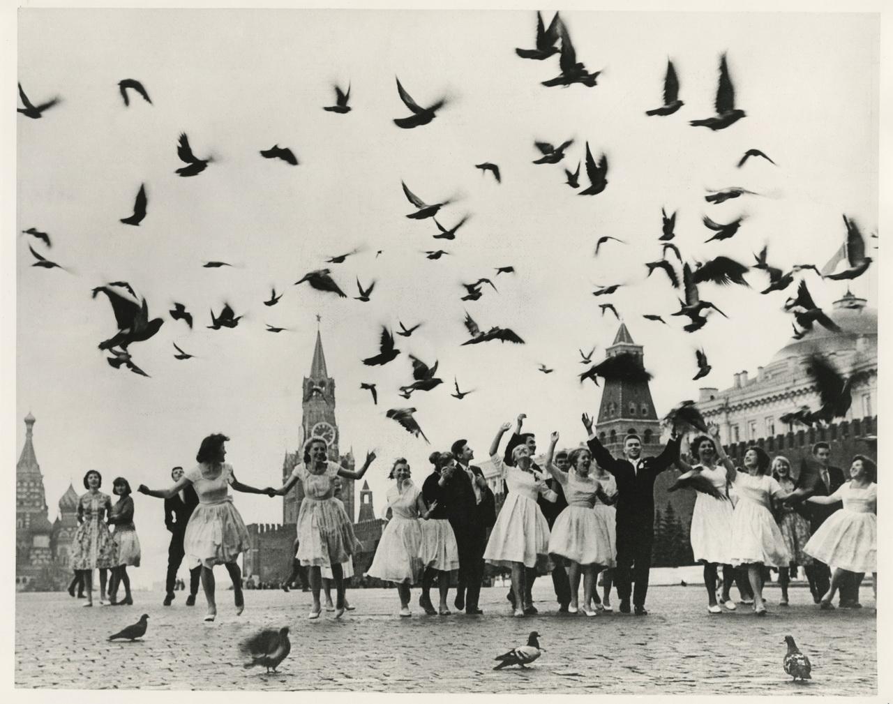 Vladimir Lagrange Les promus des écoles de Moscou à la Place Rouge, 1962 Collection Multimedia Art Museum, Moscow