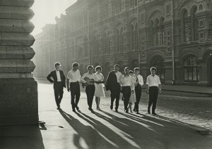 Victor Akhlomov L'aube. La jeuness près du GUM, 1964 Collection Multimedia Art Museum, Moscow