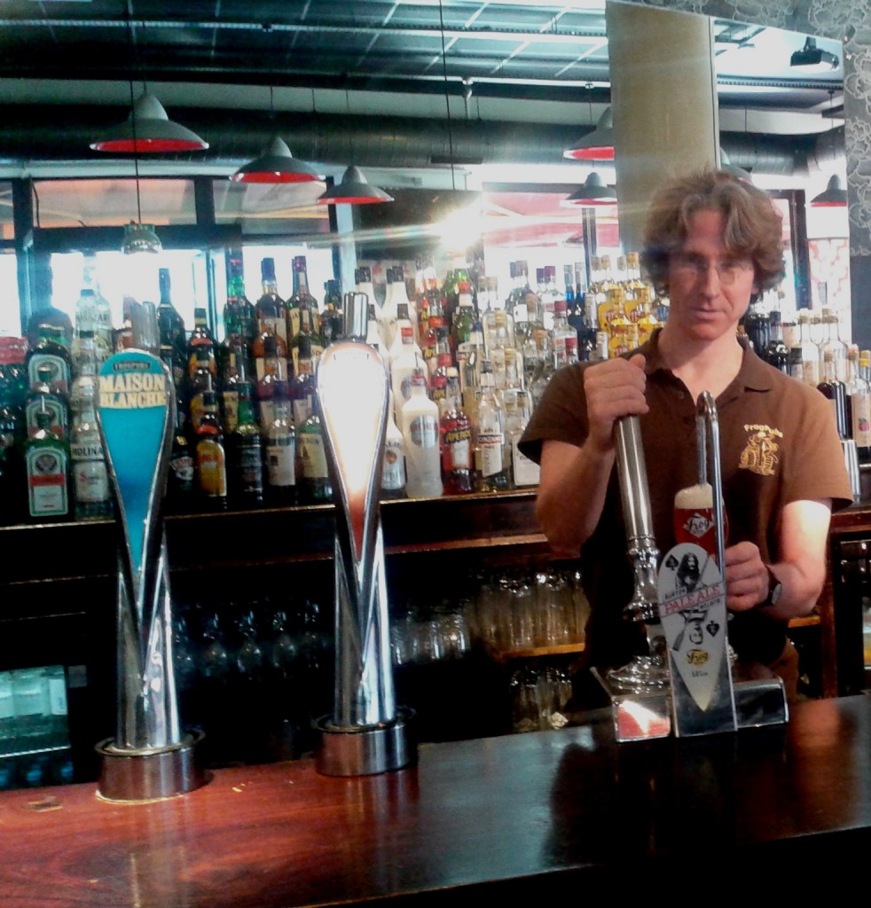 Charles Board, Brewery Manager devant la Burton Pale Ale –