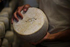 Ossau-Iraty : Un producteur de fromage fermier (basque) dans sa cave d'affinage