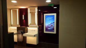 Le réseau d'affichage digital Next One, spécialiste de la publicité dans les toilettes, à Viparis